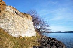 Mur médiéval par l'eau Images stock