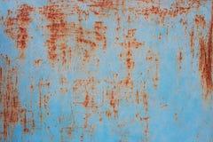 Mur métallique bleu avec les brouillons rouillés. photos libres de droits