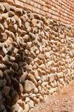 Mur m?di?val italien antique typique de village, ?rod? et consomm? par temps, maison italienne typique des si?cles pass?s image libre de droits