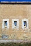 Mur massif avec des ports d'arme à feu. images stock