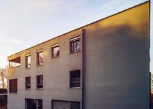Mur moderne de maison avec de petites fenêtres Image libre de droits