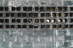 Mur moderne grunge avec des trous image stock