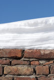 Mur, neige et ciel Photographie stock