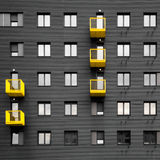 Mur noir avec la terrasse jaune - façade de bâtiment Photographie stock libre de droits
