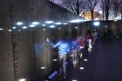 Mur noir commémoratif du Vietnam, Washington DC de nuit Images stock