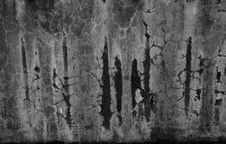 Mur noir et blanc modifié de corrosion avec les taches, les éraflures et les failles moisies image stock