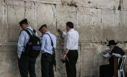 Mur occidental, Jérusalem, 03 04 2015, homme collant une note dans le Th Photos stock
