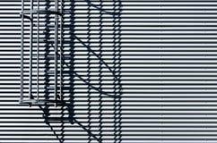 Mur ondulé en métal avec l'échelle de sortie de secours photo stock