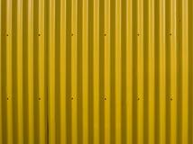 Mur ondulé jaune Fond en acier jaune E Peut être employé comme fond images libres de droits