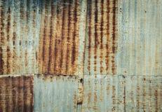 Mur ondulé rouillé en métal photographie stock libre de droits