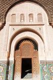 Mur ornemental dans Ben Youssef Medersa à Marrakech photos stock