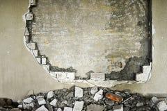Mur partiellement détruit à l'intérieur d'un bâtiment industriel sous la démolition images libres de droits