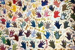 Mur peint avec plusieurs marques de paume de main Images libres de droits