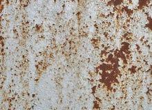 Mur peint par blanc rouillé en métal Le fond rouillé en métal avec des filets de rouille de rouille souille La surface métallique image stock