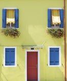 Mur peint par jaune avec plusieurs fenêtres Photo libre de droits