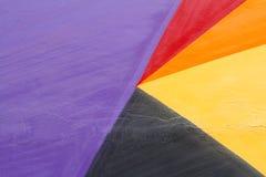 Mur peint violet, rouge, jaune et noir coloré Photos libres de droits