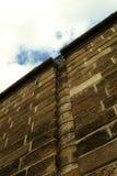 Mur pierreux avec l'échelle sur le remblai à Prague image libre de droits