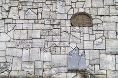 Mur pleurant au cimetière de Remuh construit avec des fragments des pierres tombales juives, Cracovie, Pologne photographie stock libre de droits