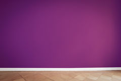 Mur pourpre dans la chambre vide Photographie stock libre de droits