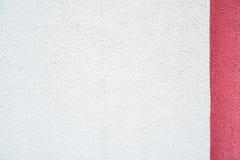 Mur pourpre pourpre rose blanc, fond concret, rayures verticales bande de couleur moitié, deux couleur et texture de trois-couleu Photo stock