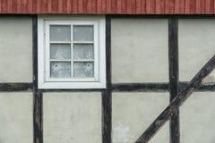 Mur (prussien) de structure de bois avec la fenêtre et le toit rouge image stock