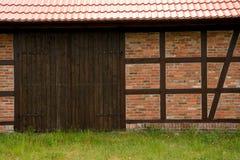 Mur prussien et porte en bois photo stock