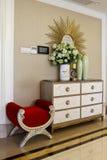 Mur rideau, coffret de chaussure et une chaise photos stock