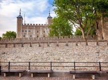 Mur rideau externe de la tour de Londres avec la tour blanche i image stock
