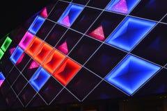 Mur rideau mené, éclairage de nuit du bâtiment commercial moderne Photos libres de droits