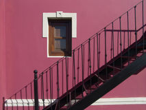 Mur rose avec l'escalier photo stock