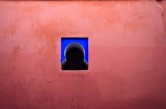 Mur rose coloré et hublot bleu Photo stock