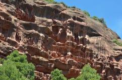 Mur rougeâtre érodé dans les montagnes de Prades image libre de droits