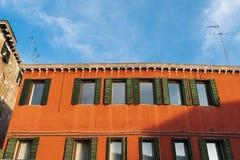 Mur rouge de construction image stock