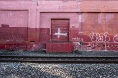 Mur rouge le long de la voie de train à Portland, Orégon Décembre 2017 Image libre de droits