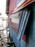 Mur rouillé de vieille maison fait de fer galvanisé situé dans le village de pêcheur sur une île photos libres de droits