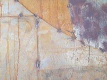 Mur rouillé en métal, avec des traces de la soudure en métal Images stock
