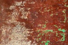 Mur rouillé et sale de plat de fer en métal avec la couleur rouge typique d'oxyde ferrique et avec le fond vert de texture de rev photographie stock