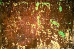 Mur rouillé et sale de plat de fer en métal avec la couleur rouge typique d'oxyde ferrique et avec le fond vert de texture de rev photo libre de droits