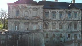 Mur ruiné de château en Ukraine, vieux château en Europe de l'Est banque de vidéos