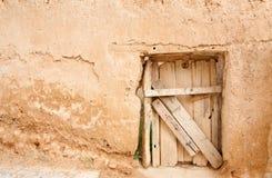 Mur rustique de trappe et d'adobe Images libres de droits