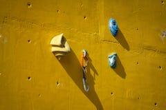 Mur s'élevant artificiel jaune avec des prises images libres de droits