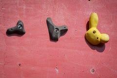 Mur s'élevant artificiel rouge avec des prises photos libres de droits
