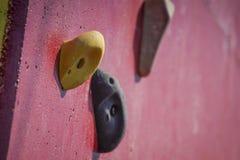 Mur s'élevant artificiel rouge avec des prises photos stock