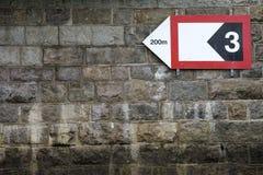 Mur saisissant avec le signe de flèche Photographie stock libre de droits