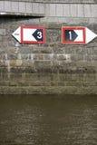 Mur saisissant avec le signe de flèche Photo libre de droits