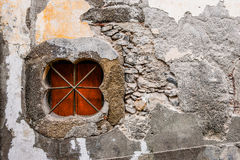 Mur sale de la Madère avec la fenêtre et les barres d'acier en forme de trèfle Image libre de droits