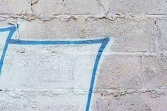 Mur sale sale abstrait Texture minable endommagée approximative avec criqué Avec des restes de peinture et de taches de graffiti Photographie stock libre de droits