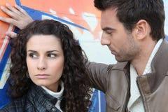 Mur se tenant prêt de couples urbains Images stock