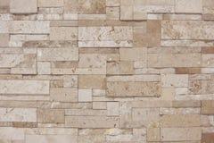 Mur texturisé brun clair crémeux de tuile avec l'éclairage à partir du dessus photographie stock