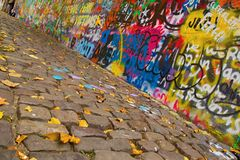Mur urbain avec des dessins à Prague Photographie stock